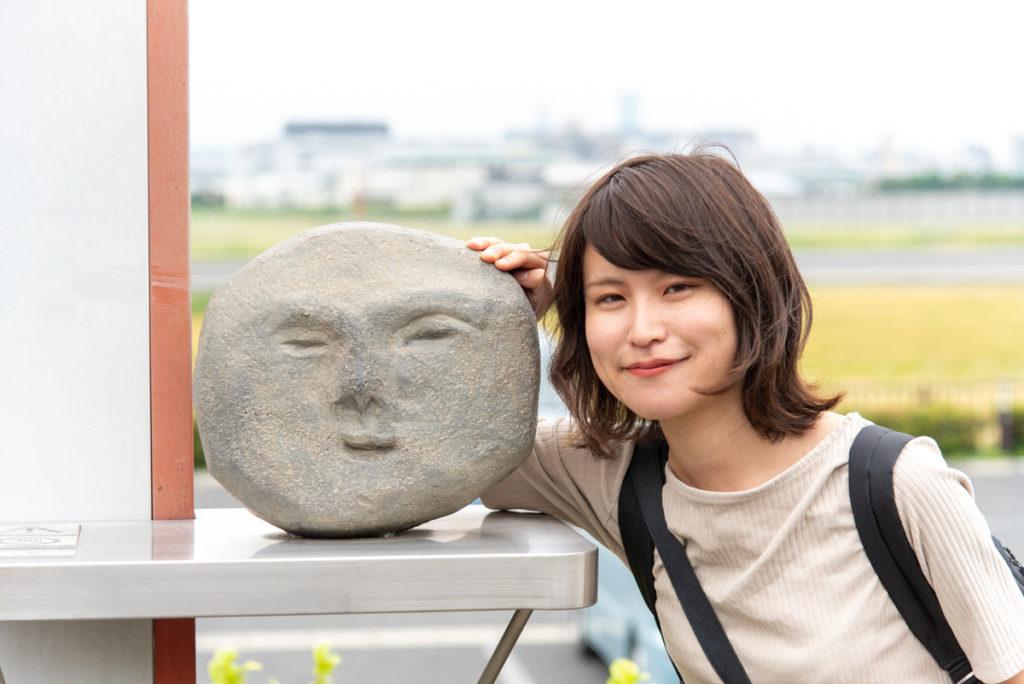 伊丹市にある伊丹スカイパークの神津の遺跡出土品クイズの石と記念写真