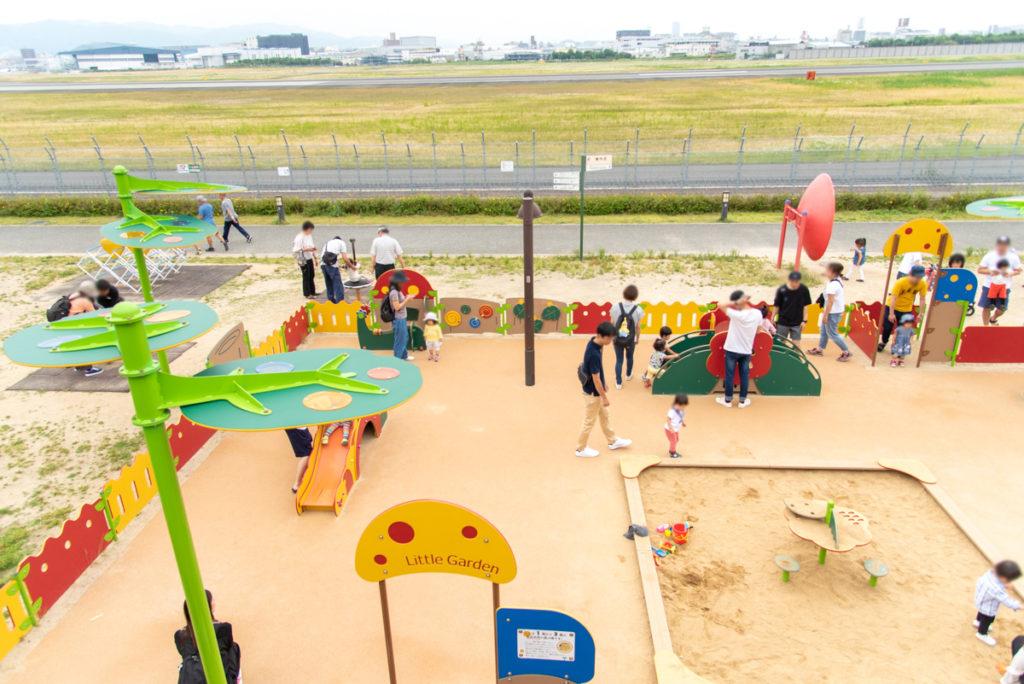 伊丹市にある伊丹スカイパークの翼の丘の乳幼児用遊具エリア