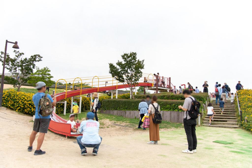 伊丹市にある伊丹スカイパークの冒険の丘のローラーすべり台やジャングルジム