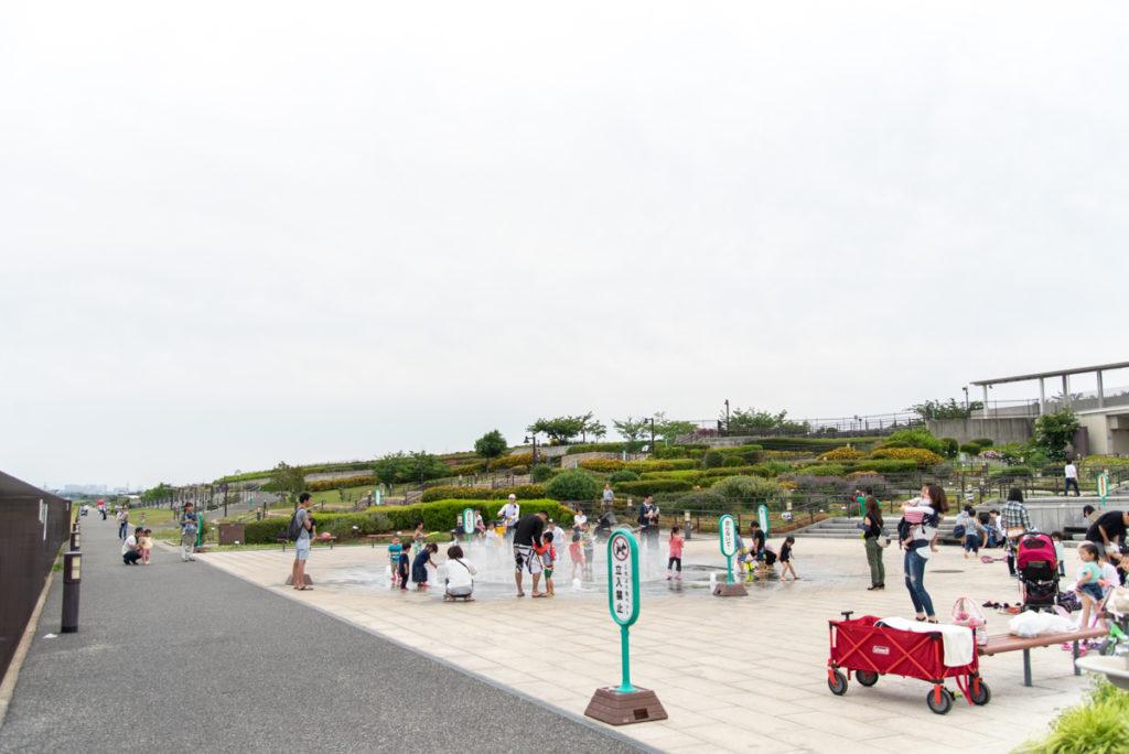 伊丹市にある伊丹スカイパークの中央エントランスの噴水・カスケード